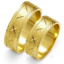 Złote obrączki ślubne z ozdobnymi brzegami i nacięciami