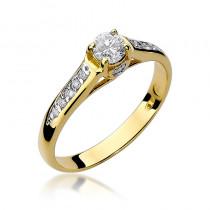 Śliczny zloty pierścionek zaręczynowy z diamentami