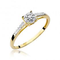 Ozdobny złoty pierścionek zaręczynowy przyozdobiony diamentami