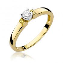 Uroczy złoty pierścionek zaręczynowy z okazałym diamentem