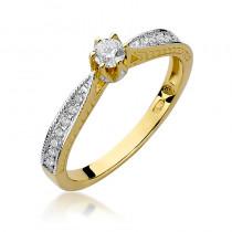 Strojny pierścionek zaręczynowy bogato zdobiony brylantami
